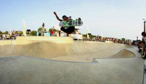 photo d'un skateur sautant dans un bowl