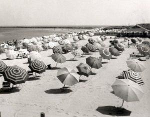 photo noir et blanc avec des parasols sur la plage